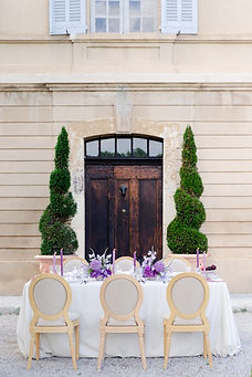 photographe mariage morbihan - Table de mariage devant l'entrée d'un château provencal près de Vannes dans le Morbihan