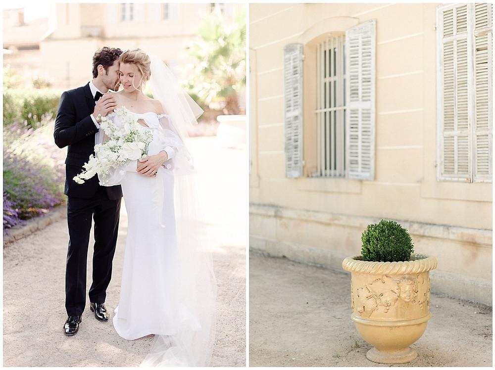 Photos de couple dans les jardins du Château de Sénéguier : le marié murmure à l'oreille de la mariée, ils se tiennent debout dans le jardin.