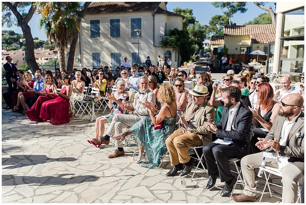 Les invités applaudissent, lors de la cérémonie laïque sur la terrasse avec vue sur la mer, à Saint-mandrier-sur-mer.