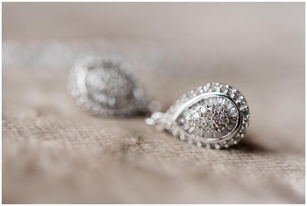 Sur cette photo, on peut voir une paire de boucles d'oreilles. Ce sont les boucles d'oreilles en diamants portées par une mariée.