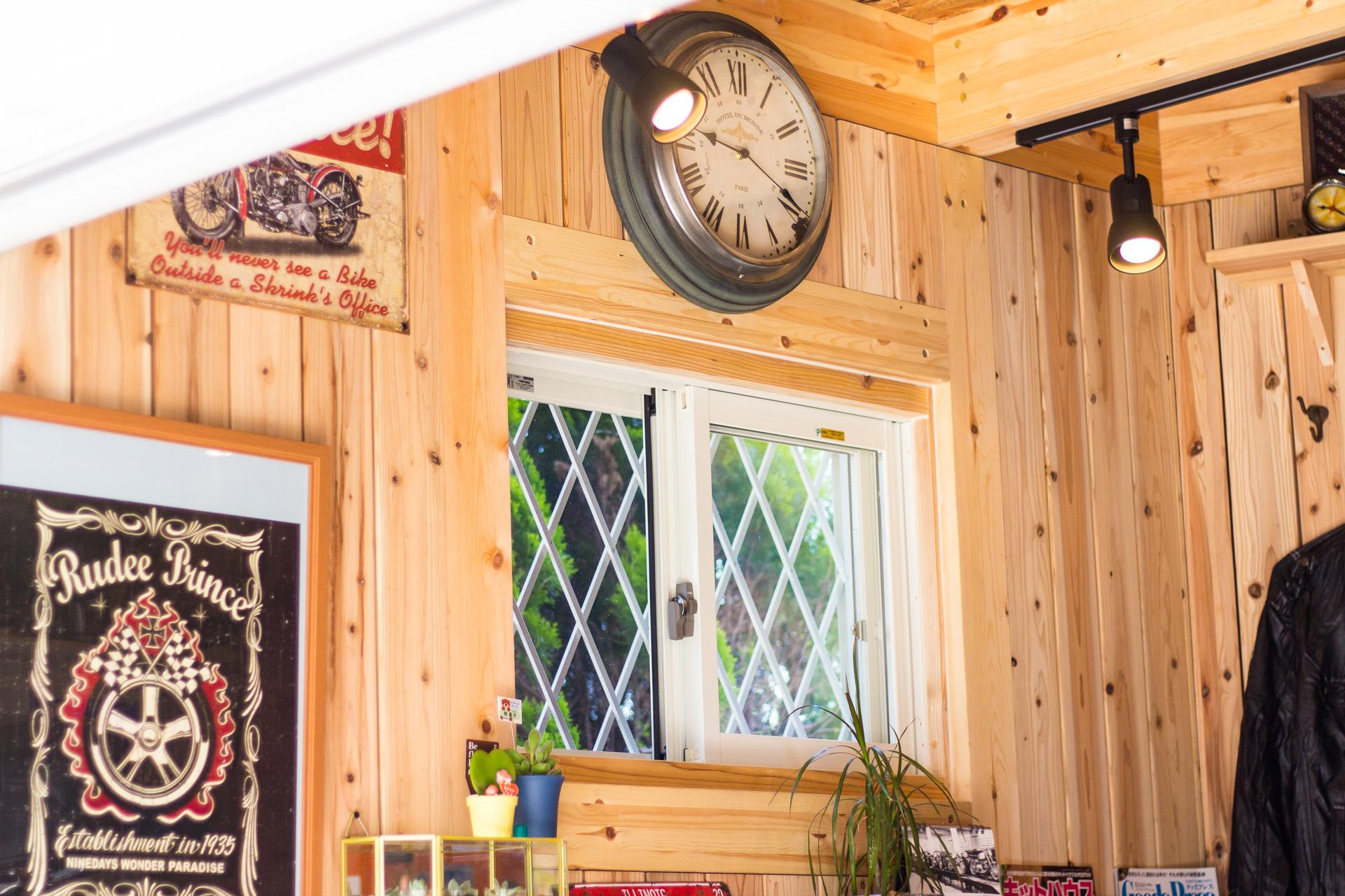 木製ガレージに窓を設置 | 九州・福岡のログハウスキット