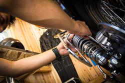 スパナでバイク整備をするバイカー | 九州・福岡のガレージ