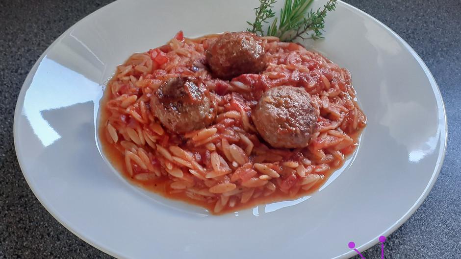 Hackbällchen mit griechischen Nudeln und Tomatensoße (2 Portionen)