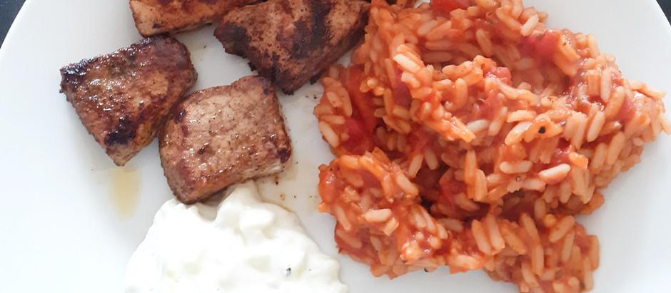 Souvlaki (am Spieß) oder Gyros mit Tomatenreis und Tzaziki (2 Portionen)