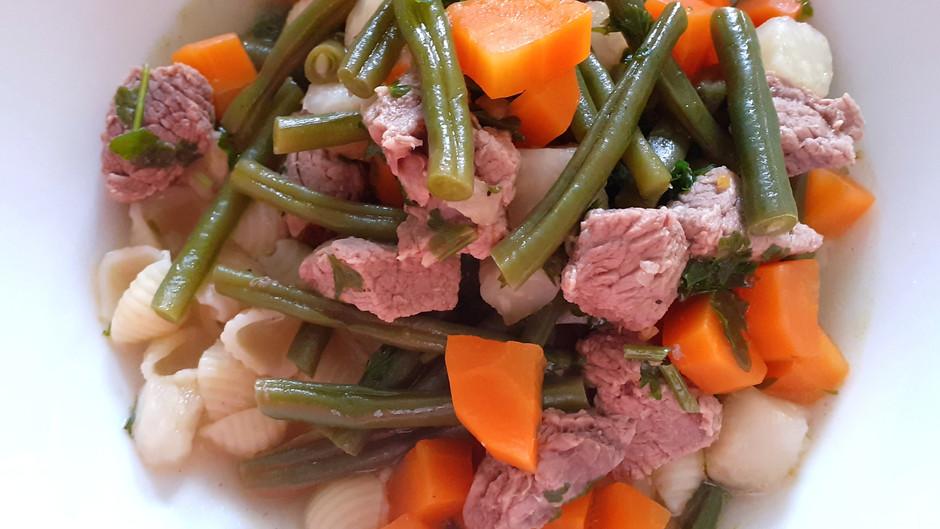 Rindfleischsuppe mit Gemüse und Nudeln (4 Portionen)