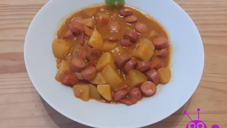 Kartoffelgulasch mit Würstchen (2 Portionen)