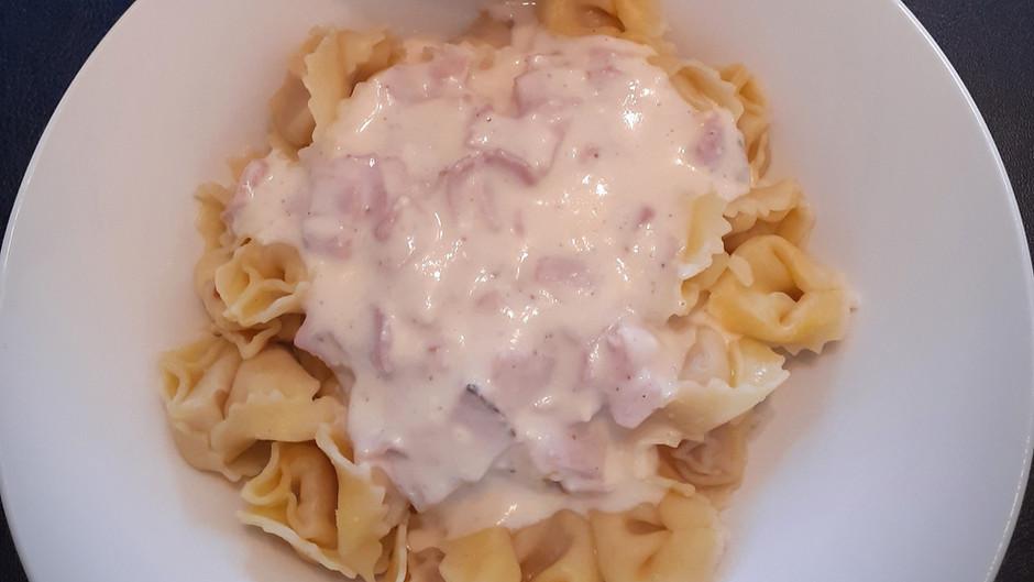Tortellini mit Schinken-Käse-Soße          (2 Portionen)