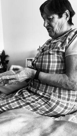 La presentación oficial de Trementina es mi abuela con el primer ejemplar. <3.