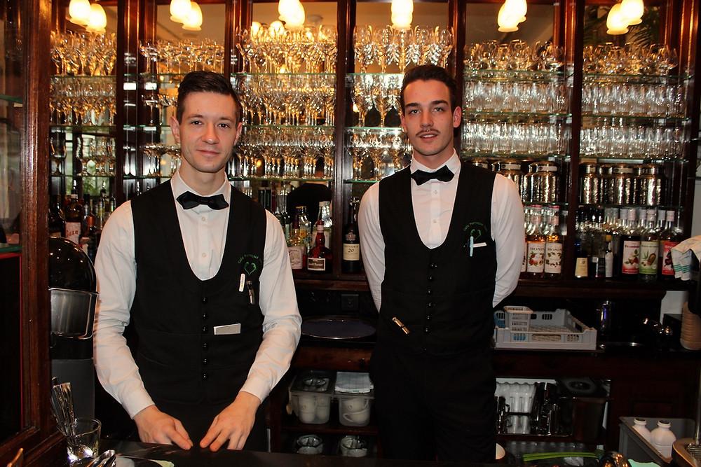 Kellner im Restaurant Café Perroquet Vert