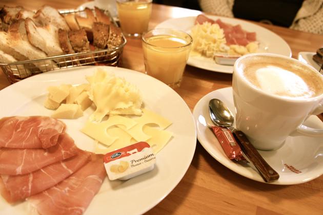 Für jeden Frühstückstypen etwas dabei – Restaurant Les Caves, Bieler Altstadt