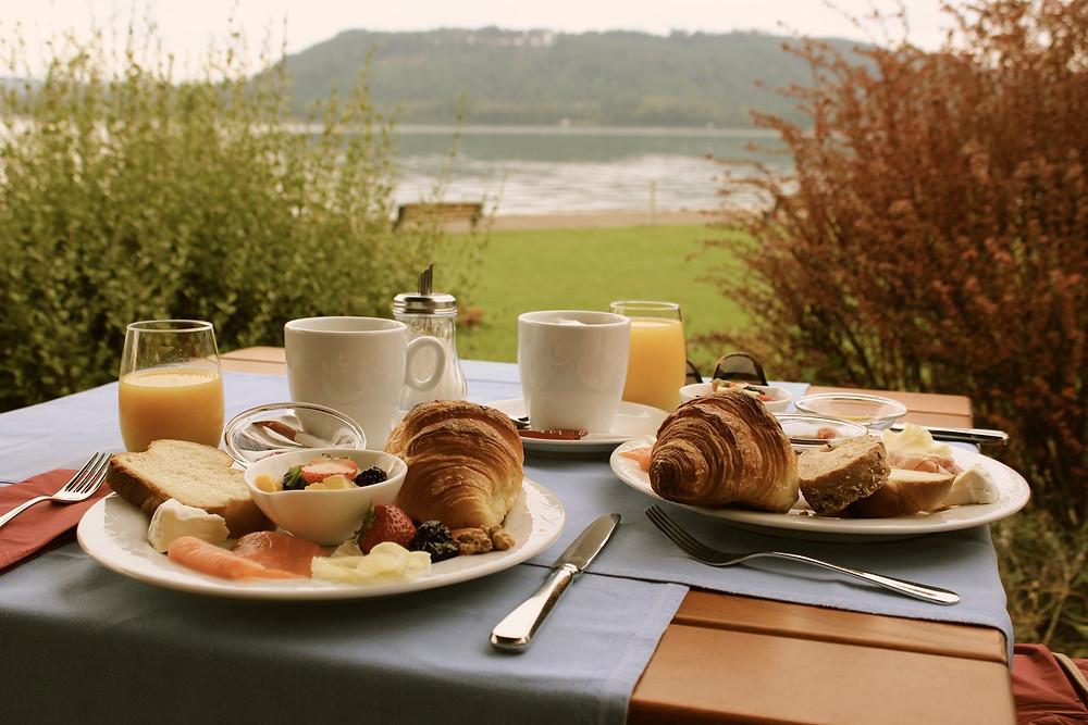 Frühstück mit Blick auf Bielersee
