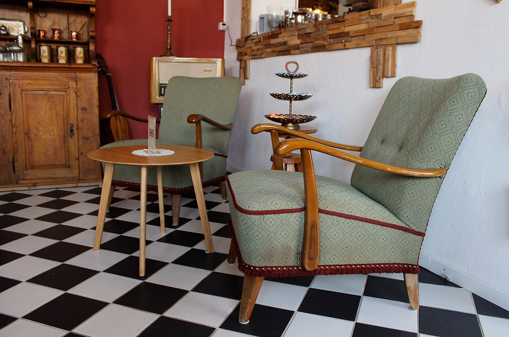 Antike Sessel und ein Salontisch