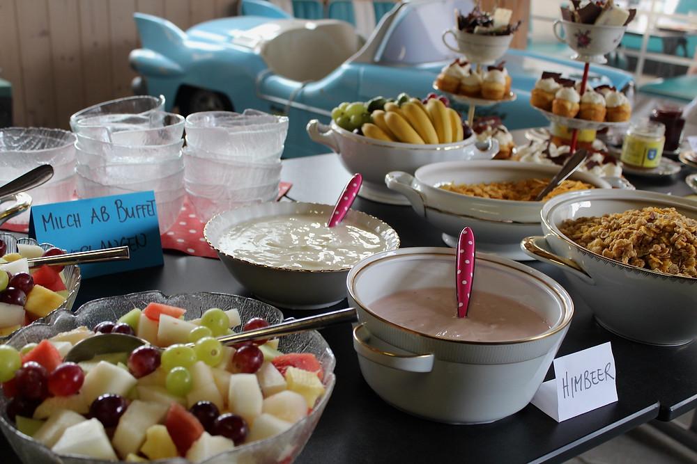 Buffet mit Früchte, Joghurt, Müesli