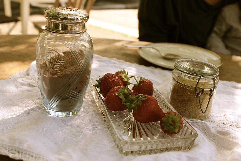 Erdbeeren, Zucker und Schokopulver