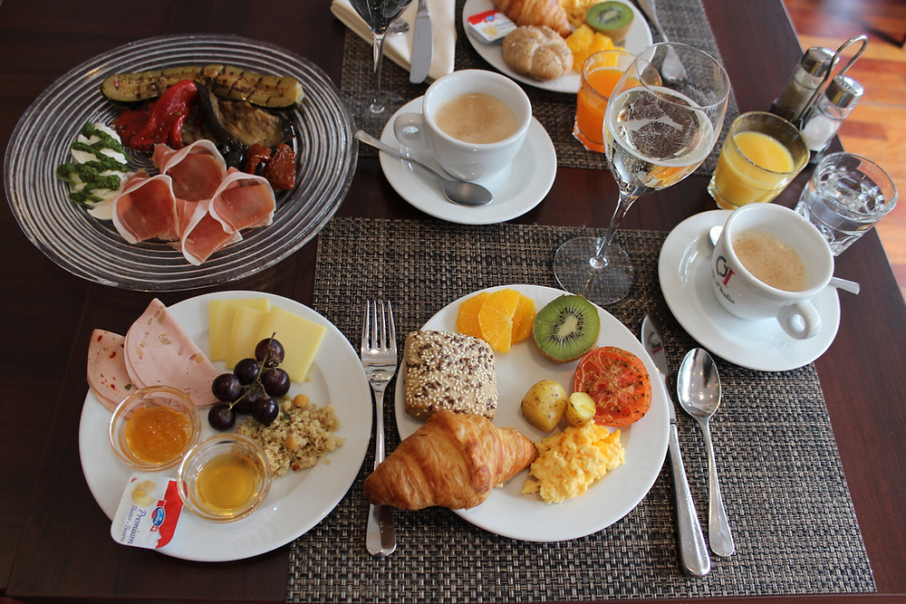 Gedeckter Tisch mit Frühstückssachen