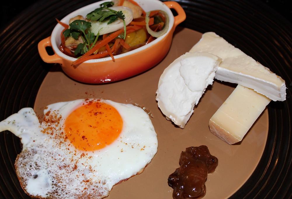 Teller mit Spiegelei, Gemüse und Käse