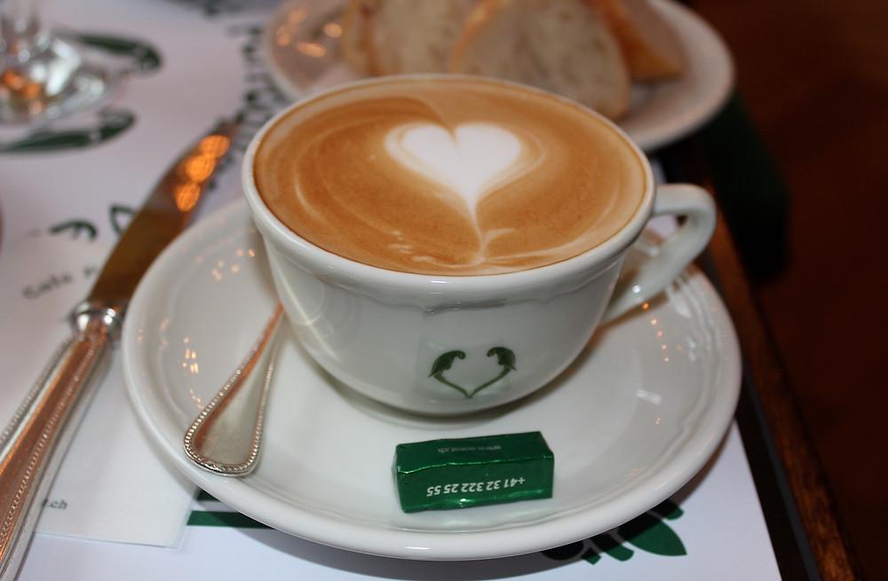 Milch-Kaffee mit Herz-Verzierung