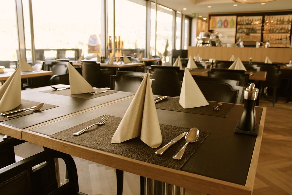 Gedeckte Tische im Restaurant