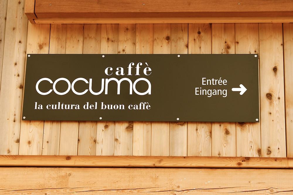 """Schild draussen vor der Rösterei """"Cocuma Caffè"""""""