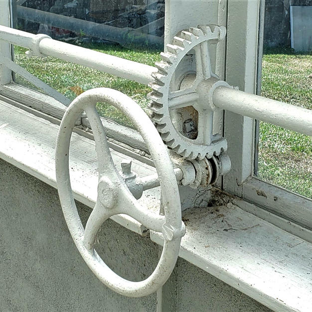 Gear and wheel used to open the vent windows