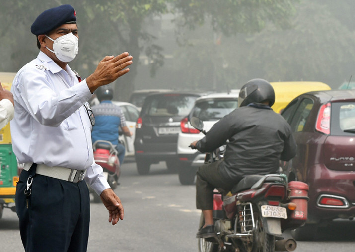 Traffic policemen wear masks to protect themselves from heavy smog and air pollution in New Delhi.
