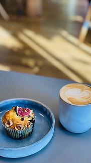 Selbstgebackener Muffin und Caffe Latte