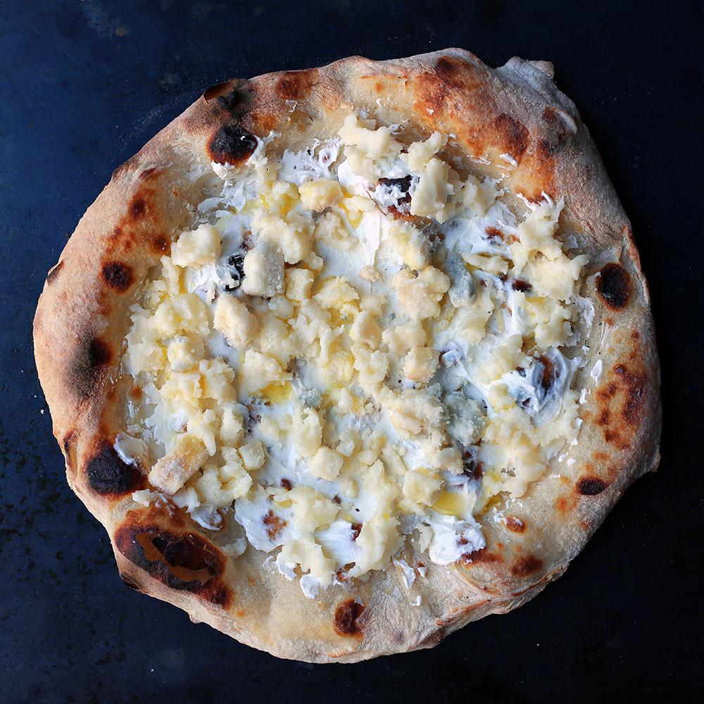 【 Pizza 5種のチーズ 】 トロっと溶けた5種のチーズの塩味と、甘い蜂蜜との罪な味。デザートとしても女子はうけNO.1。ウイスキーとの相性も抜群ないちまい。