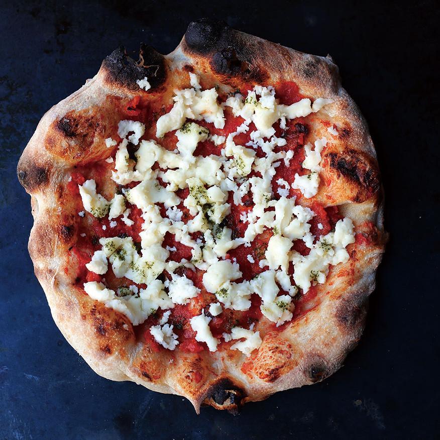 【 Pizza マルゲリータ 】 ナポリピザの代名詞であるピッツァマルゲリータ。冷凍ピザ用に作られたPSTの「Pizzaマルゲリータ」はトマトソースのジューシーさが際立ついちまい。