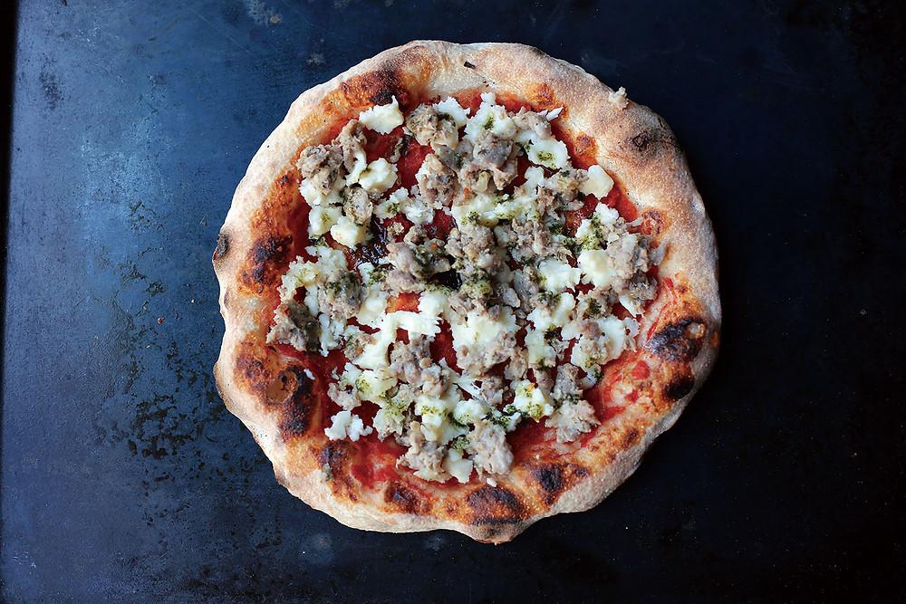 【 Pizza ハーブソーセージ 】 豚の粗挽き肉に数種のハーブを練りこんだ自家製ハーブソーセージ。スパイシーな味わいが癖になる人続出。食べ応え十分でビールとの相性も抜群ないちまい。