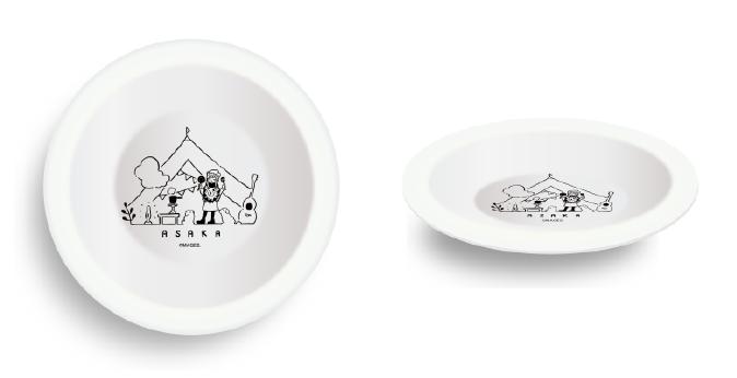「愛犬とのキャンプ」をテーマとした描きおろしイラストを用いたグッズ カレー皿