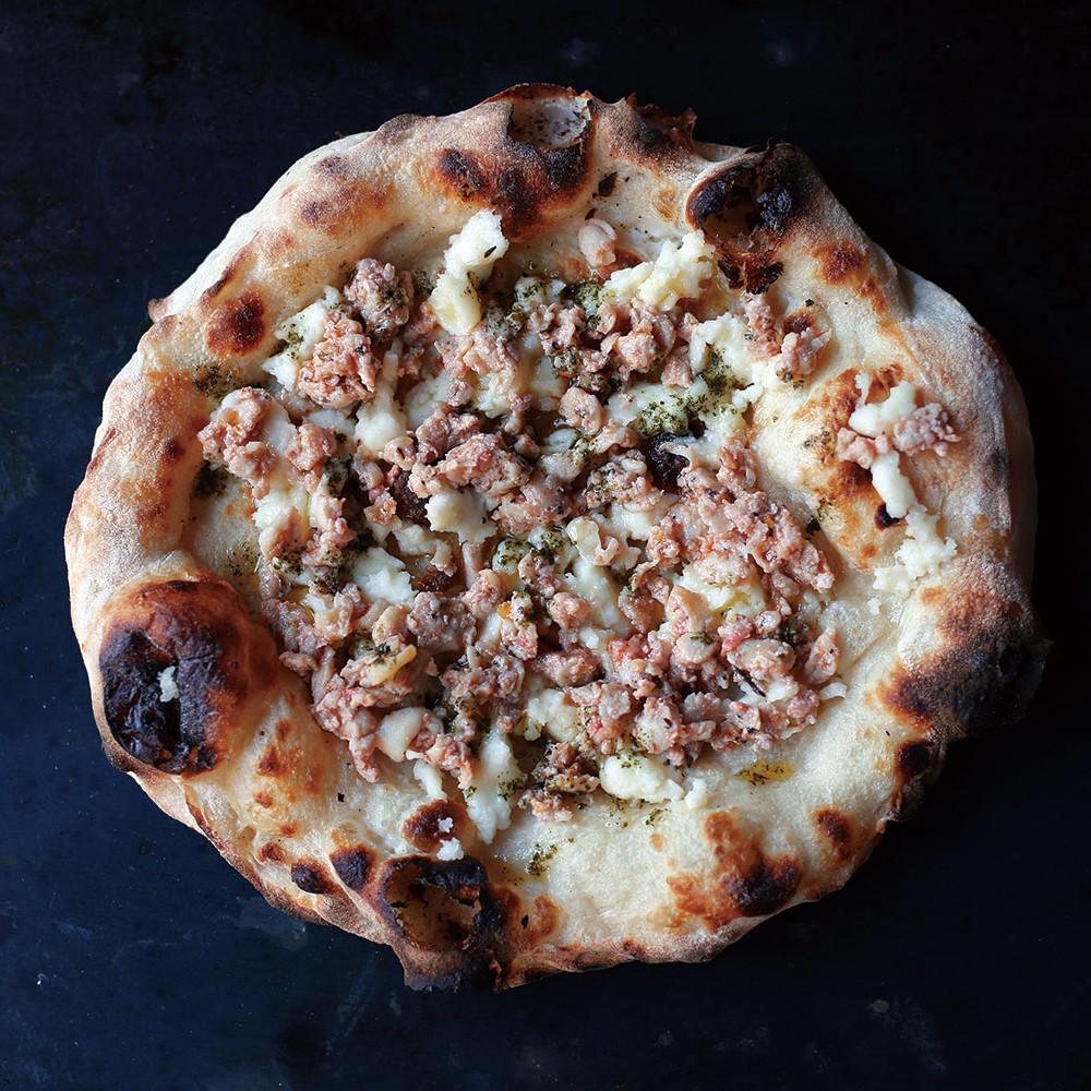 【 Pizza ハーブチキン 】 数種のハーブを練りこんんだ低カロリーな鶏肉のソーセージ。肉感たっぷりなのに後味さっぱりないちまい。