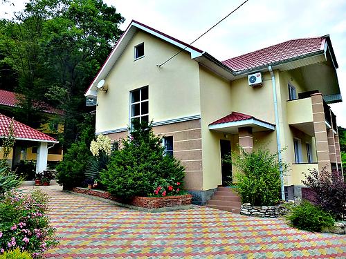 Гостевой дом Лесной находится на берегу Черного моря и в лесу одновременно.