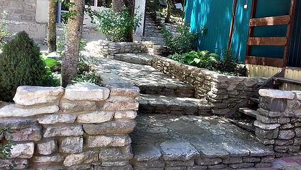 Лестница к домику для бюджетного проживания