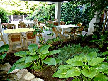 Беседка-столовая для семейного отдыха в тихом месте