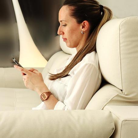 Una mala postura en el sofá puede dañar tu espalda