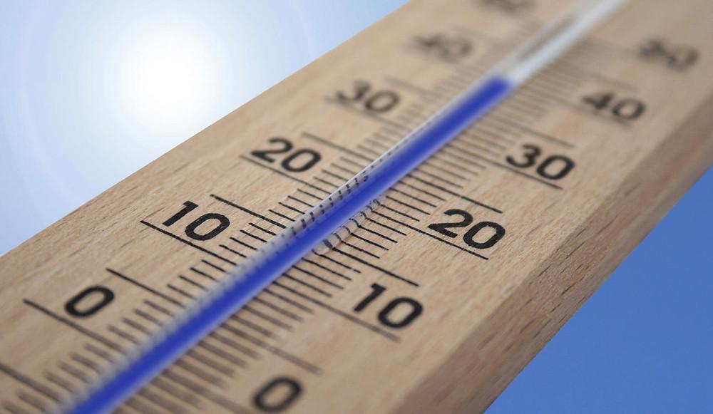 Imagen de un termómetro con alta temperatura