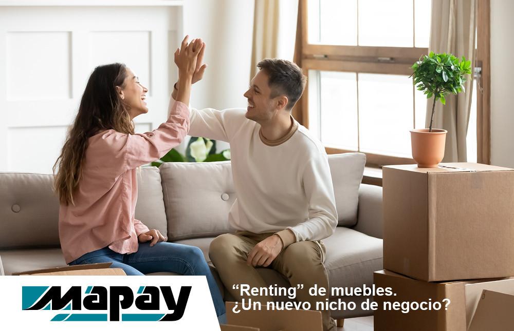 Una pareja disfruta de una vivienda con muebles alquilados o con renting
