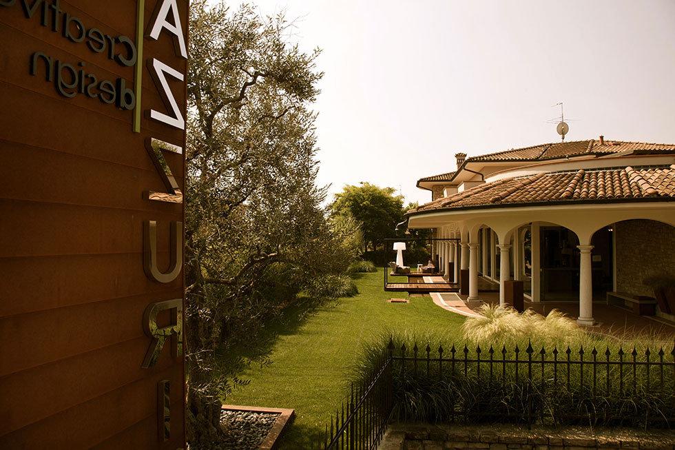 E' grazie alla trentennale esperienza maturata nel settore del suo fondatore Battista Bazzurini che nel 1991 nasce il nostro nuovo settore, specializzato in progettazione e restyling di ambienti: abitazioni private, uffici, negozi, bar e ristoranti.