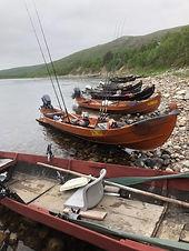 Lohiveneitä_Tenon_rannalla.jpg