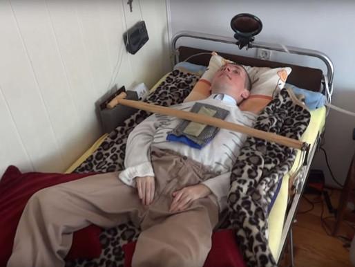 El hombre que está vivo gracias a un limpiaparabrisas que respira por él