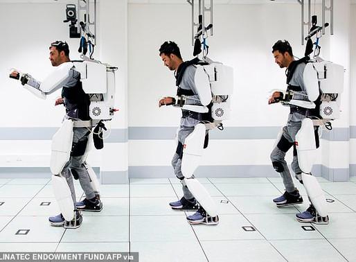 Exoesqueleto con interfaz cerebral permite a un parapléjico andar y mover sus brazos