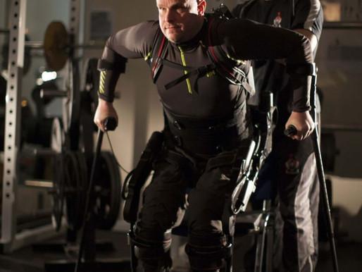 Consiguen conectar un exoesqueleto a la columna de un paralítico para controlarlo