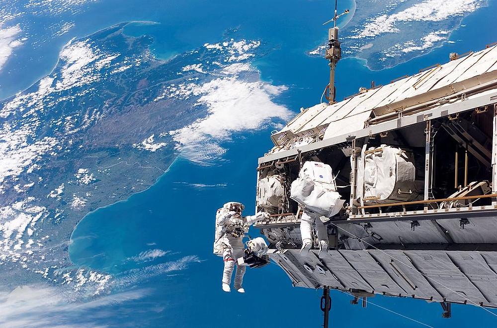 2014-08-21-STS-116_spacewalk_1.jpg