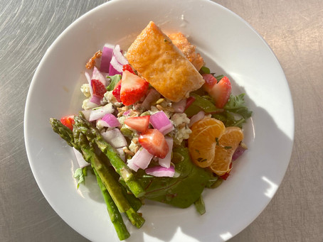 Grilled Salmon Vineyard Salad with Citrus Vinaigrette
