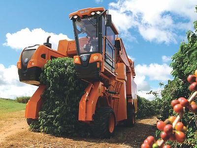 Nova máquina tem como conceito trabalhar o ano todo nas operações da cultura cafeeira (colheita, pulverização e poda) em espaçamentos tradicionais e adensados, oferecendo ao produtor maior competitividade.