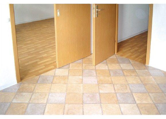 PVC- und CV-Beläge erfüllen die einfachsten Ansprüche im Wohn- und Objekbereich, sie zeichnen sich durch einen hohen Strapazierwert aus.   Elastische Bodenbeläge sind sehr vielseitig, dass auch ungewöhnliche Verlegetechniken und individuelle Muster möglich sind. Unsere Verlege-Spezialisten in Rostock informieren Sie über den richtigen Untergrund.