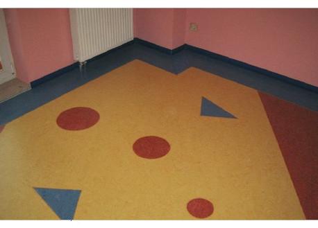 Das beliebte umweltfreundliche Naturprodukt Linoleum wird vorwiegend aus nachwachsenden Rohstoffen hergestellt. Durch jahrzehntelange Entwicklung konnten die wunderbaren Eigenschaften des Linoleums verbessert werden. Sie sind auf der Suche nach Linoleum Belägen in Rostock? Dann sind Sie hier bei dem professionellen Fußbodenverleger in Rostock genau richtig.