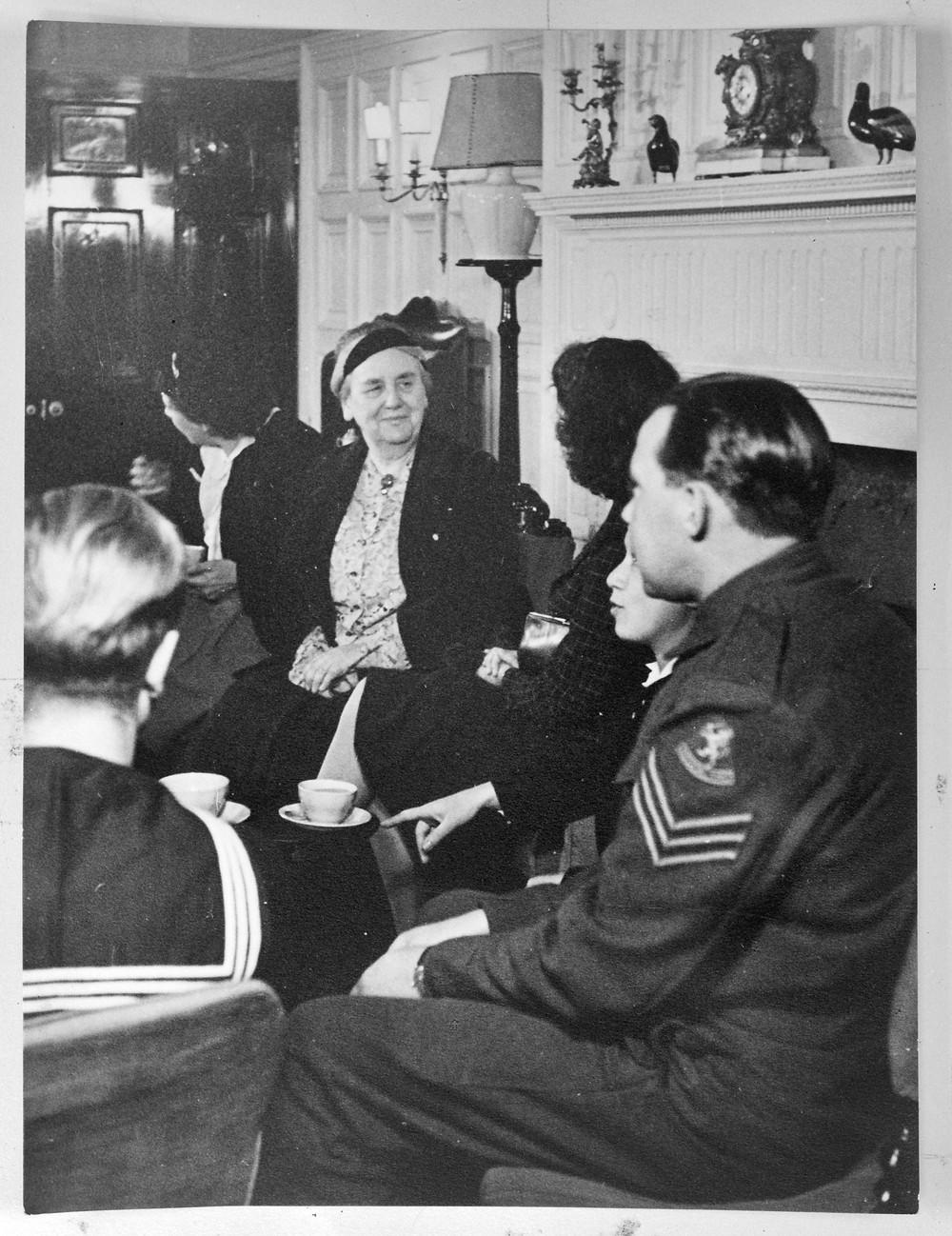 Wilhelmina ontvangt enkele Nederlanders in haar buitenhuis.