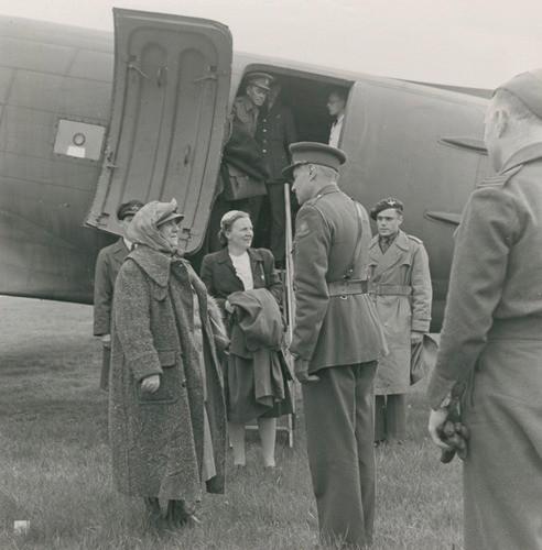Koningin Wilhelmina en prinses Juliana komen aan in bevrijd Nederland, 2 mei 1945