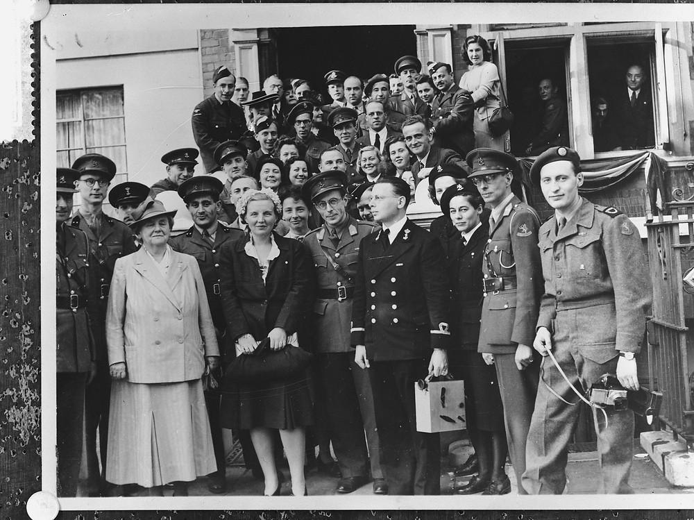 Wilhelmina, Juliana en Miep Brave-Maks in Londen, 1944.